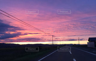夕暮れ時の空と雲の写真・画像素材[929161]