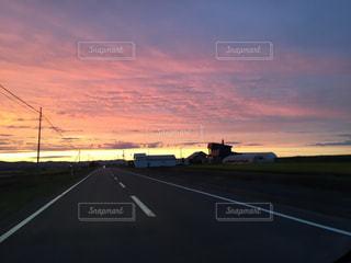 背景の夕日と空道 - No.930563