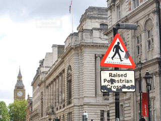 建物の前に道路標識の写真・画像素材[929856]