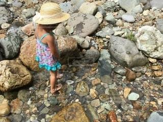 川遊び女の子の写真・画像素材[3575074]