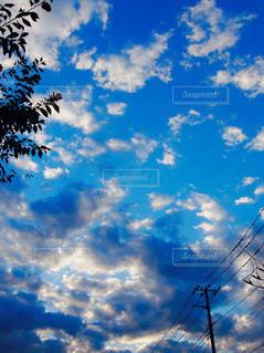 落ちる太陽の光が雲にあたるの写真・画像素材[936058]