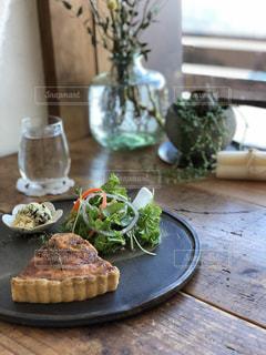 テーブルの上に食べ物のプレートの写真・画像素材[977425]
