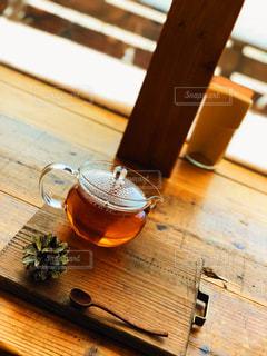 木製のテーブルの上に座ってティータイムの写真・画像素材[977431]