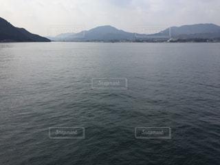 湖の真ん中に山と水の大きな体の写真・画像素材[930629]