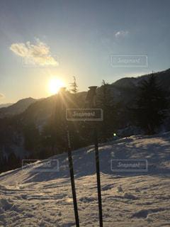 スキー場の夕日とストックの写真・画像素材[929979]