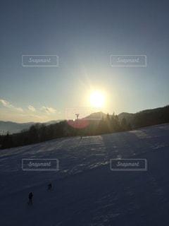 スキー場のリフトからの夕日 - No.930025