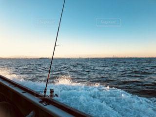 ボートに乗って海釣りの写真・画像素材[930024]