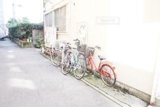 自転車は建物の脇にの写真・画像素材[930941]