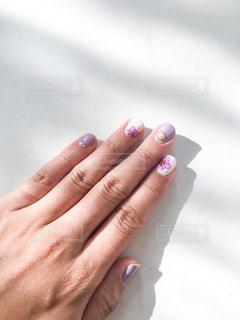 薄紫の花柄ネイルの写真・画像素材[1398512]