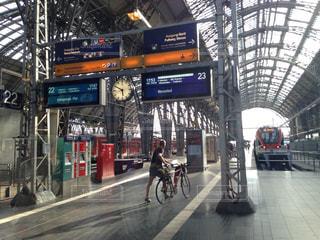 電車の駅で待っている人の写真・画像素材[932165]