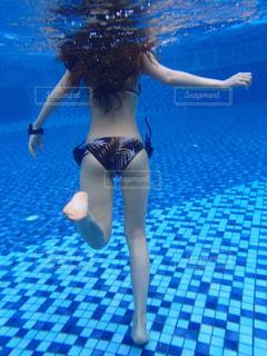 青いプールの水の女性の写真・画像素材[936297]