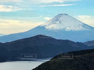 雪化粧の富士山と芦ノ湖の写真・画像素材[931928]