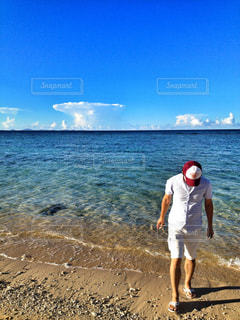 沖縄の海で波とたわむれる男性の写真・画像素材[931982]