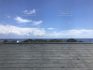 屋根を登って自分だけの空の写真・画像素材[932029]