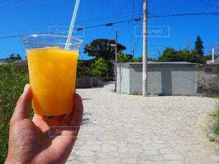 沖縄の青空とマンゴージュースの写真・画像素材[933904]