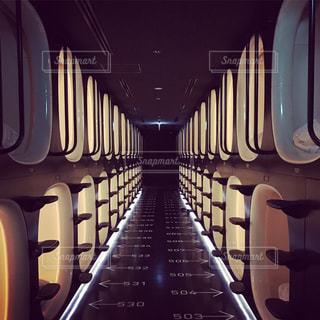 宇宙船みたいなカプセルホテルの写真・画像素材[933622]