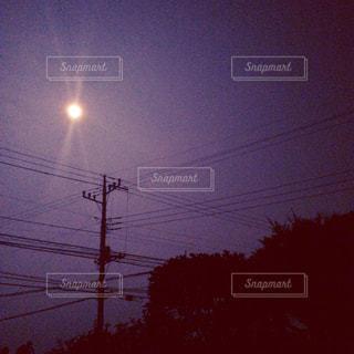 スーパームーンと電柱の写真・画像素材[944252]