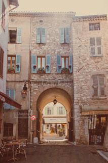 フランスの街中のトンネルの写真・画像素材[947186]