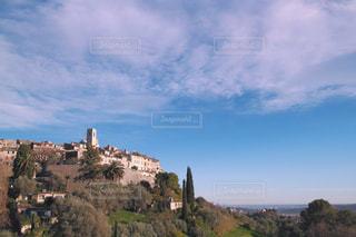 フランスの丘の上の街の写真・画像素材[947244]