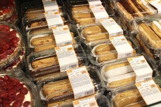 フランスのスーパーマーケットのお菓子の写真・画像素材[951560]