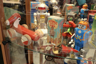 フランス蚤の市で見つけた古いおもちゃたちの写真・画像素材[954525]