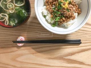 納豆ご飯と味噌汁の朝食の写真・画像素材[1398237]