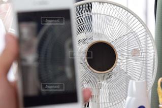扇風機とスマホの写真・画像素材[520252]