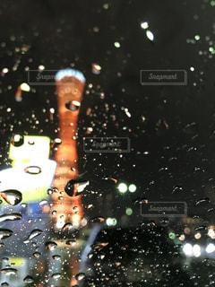 雨の中の光の写真・画像素材[933427]