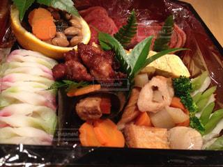 肉と野菜の入ったプラスチック容器の写真・画像素材[933283]