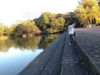 川の横に立っている人の写真・画像素材[937251]