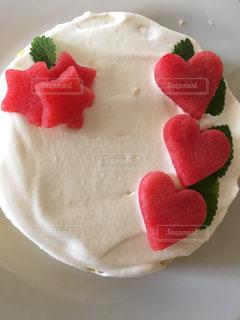 皿に赤と白のケーキの写真・画像素材[1005621]