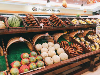 海外スーパーのフルーツ売り場の写真・画像素材[933476]