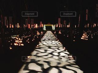 キャンドルが光る道の写真・画像素材[935466]