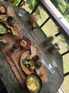 近くのテーブルの上に食べ物をの写真・画像素材[933663]