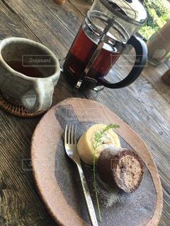 食品や木製のテーブルの上のコーヒー カップのプレートの写真・画像素材[933668]