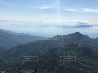 背景の大きな山のビューの写真・画像素材[933679]