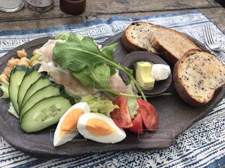 テーブルの上に食べ物のプレートの写真・画像素材[933682]