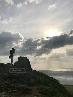 曇り空を歩く男の写真・画像素材[1000567]