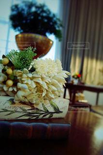 テーブルの上の花の写真・画像素材[983854]