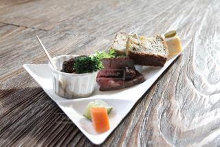 テーブルの上に食べ物のプレートの写真・画像素材[964944]