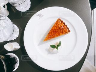 テーブルの上にケーキの写真・画像素材[934360]