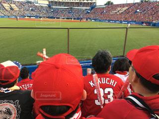 神宮球場で野球観戦の写真・画像素材[1576017]