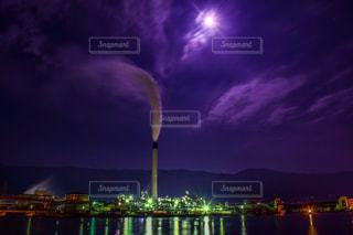 工場と月の写真・画像素材[937395]