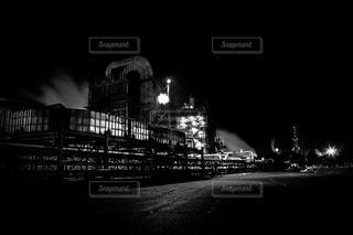 深夜の工場の写真・画像素材[965985]