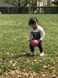 ボール遊びをする3歳の写真・画像素材[934687]