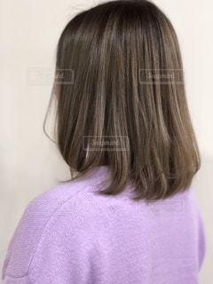 紫のシャツを着ている女性の写真・画像素材[934776]