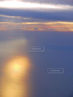 飛行機から見た夕焼けに浮かぶ富士山の写真・画像素材[1008546]