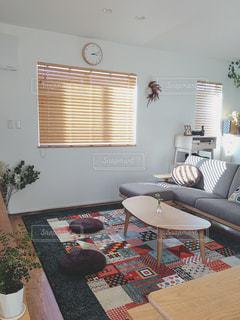 リビング ルームの家具と大きな窓いっぱいの写真・画像素材[1513479]