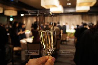 ワインのグラスを持っている手の写真・画像素材[935490]
