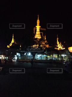夜の街にそびえるパゴダの写真・画像素材[936447]